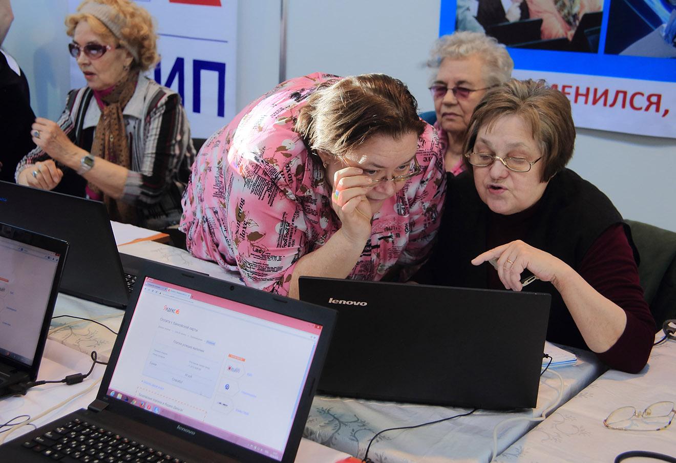Пенсионеры во время выставки «Старшее поколение» в «Ленэкспо».