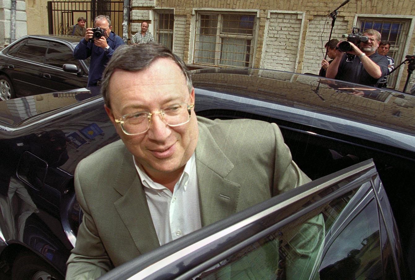 Владелец НТВ Владимир Гусинский прибывает на допрос в Генпрокуратуру, 2000 год.