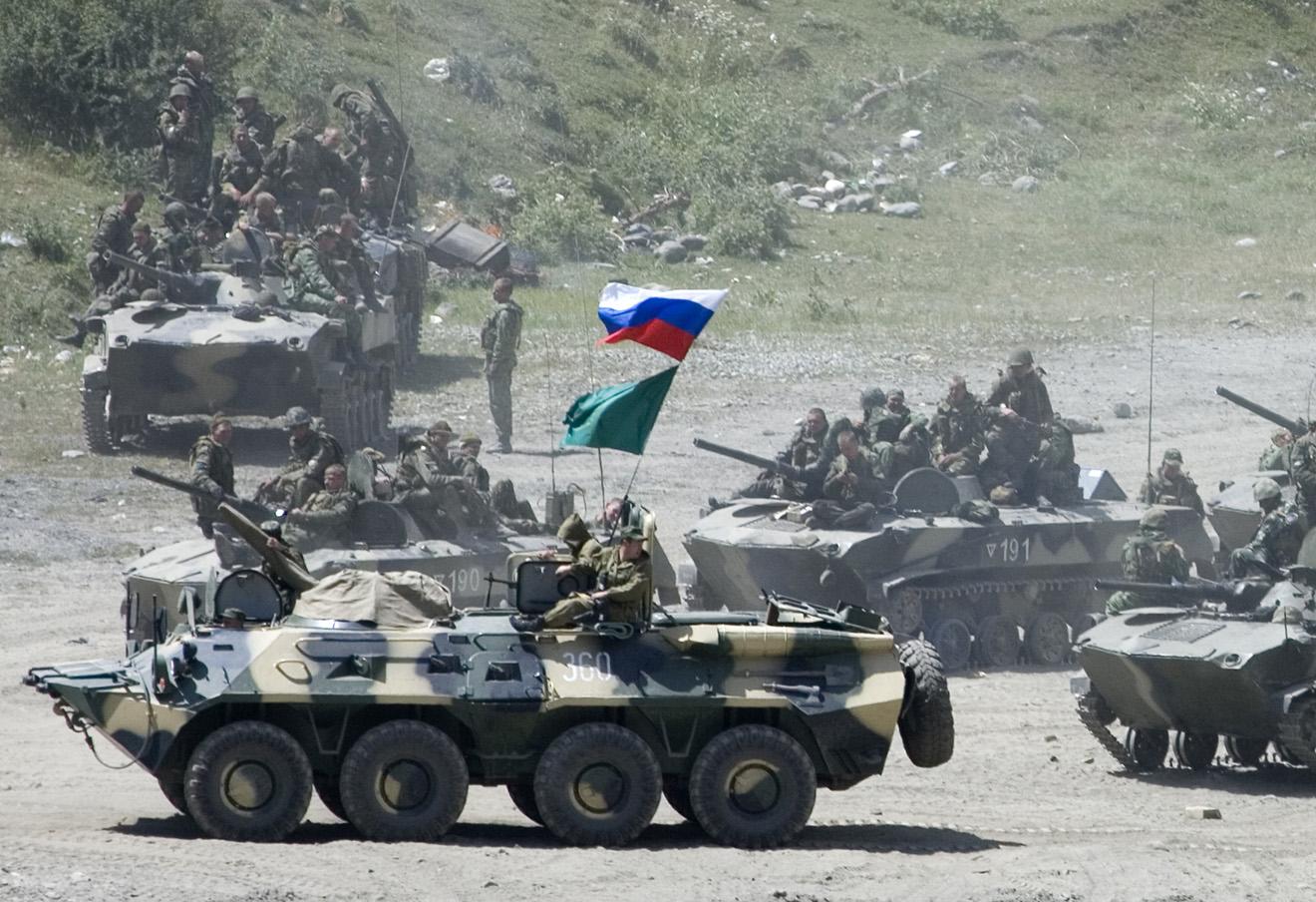 Российские войска движутся в сторону границы Южной Осетии, 9 августа 2008. Фото: Михаил Метцель / AP / East News
