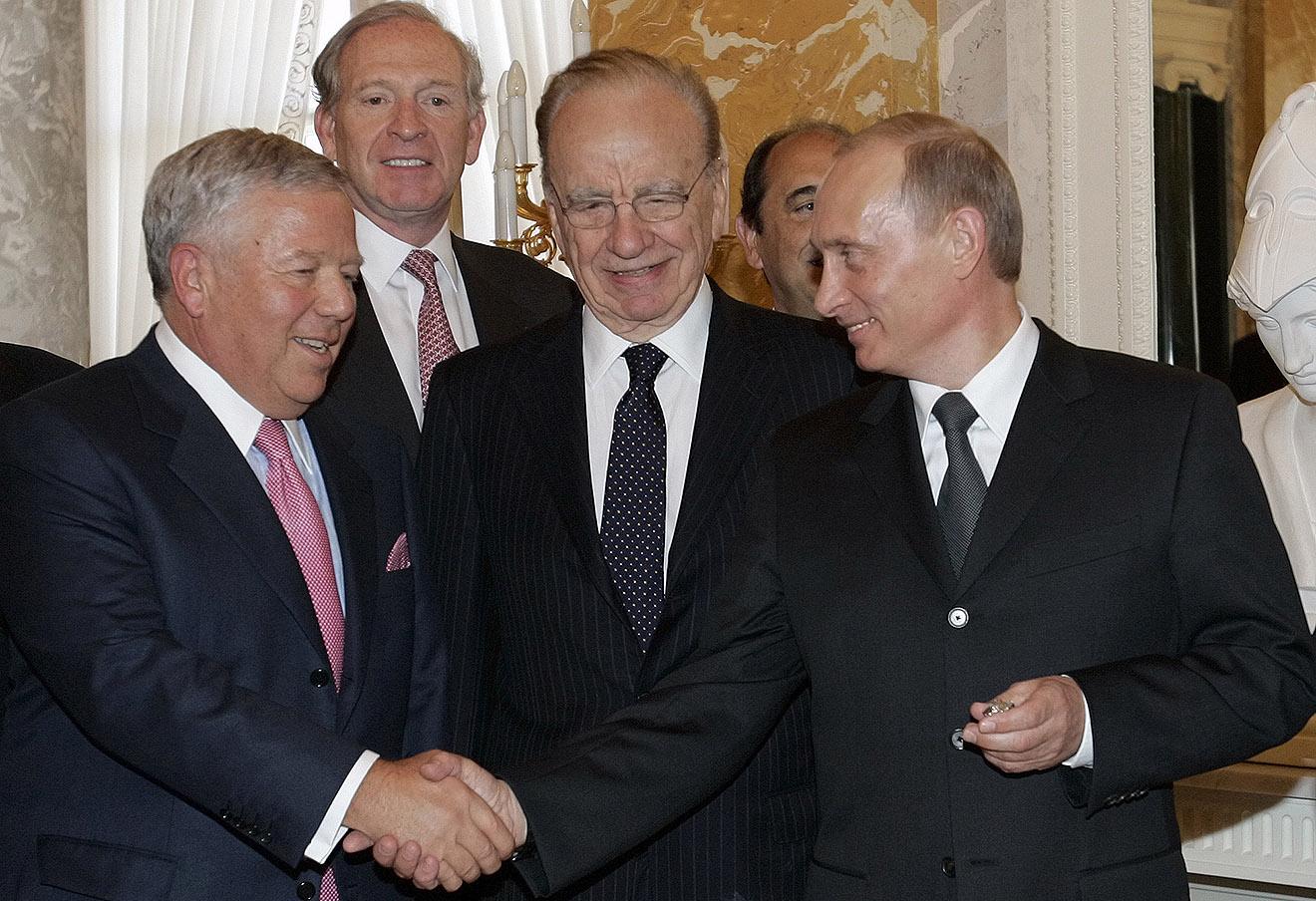 Роберт Крафт (слева) и Владимир Путин с перстнем победителей Super Bowl, 2005 год.