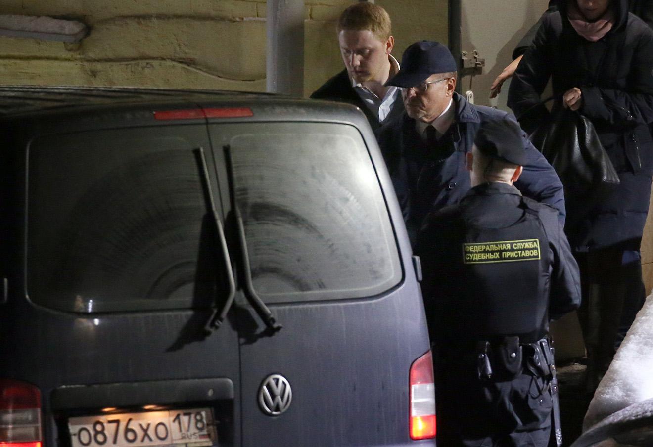 Бывший министр экономического развития РФ Алексей Улюкаев (второй слева) на выходе из Басманного суда, после избрания ему меры пресечения в виде домашнего ареста, 15 ноября 2016. Фото: Артем Геодакян / ТАСС