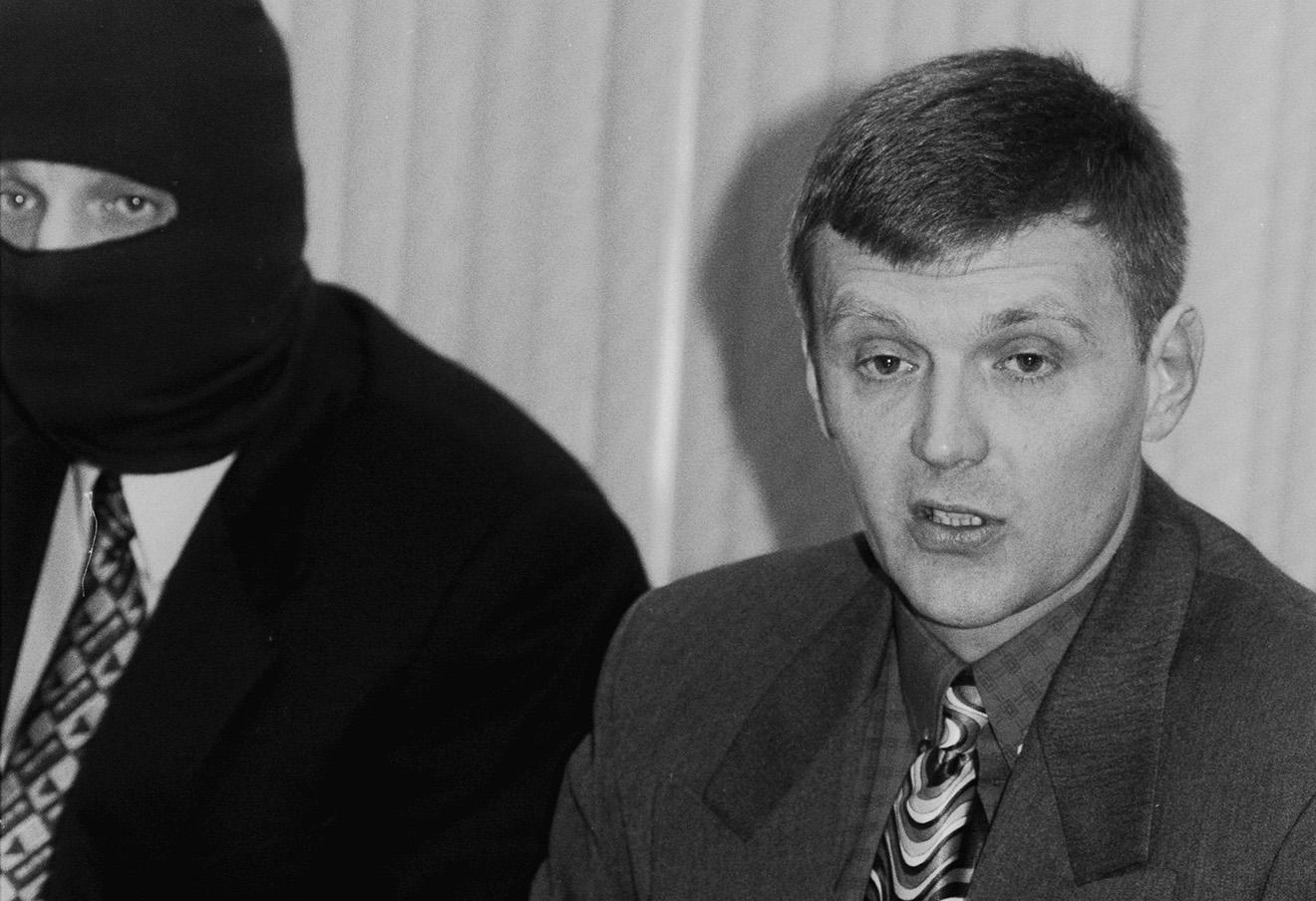 Александр Литвиненко (справа) на пресс-конференции, ноябрь 1998 года.