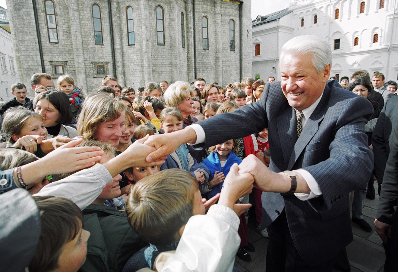 Борис Ельцин во время встречи с детьми на Соборной площади Московского Кремля, 1997 год.