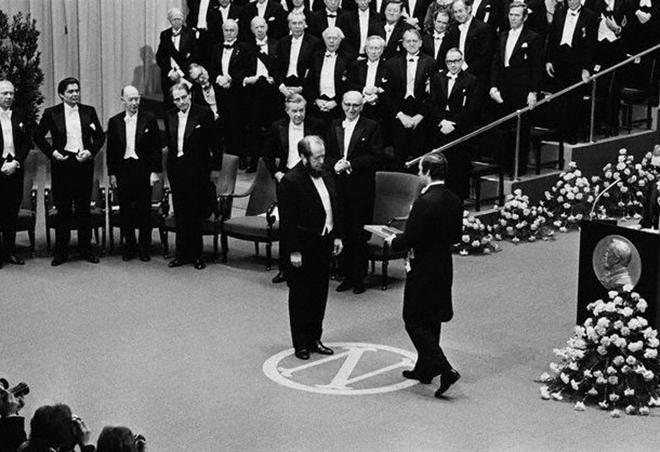 Александр Солженицын во время вручения Нобелевской премии по литературе