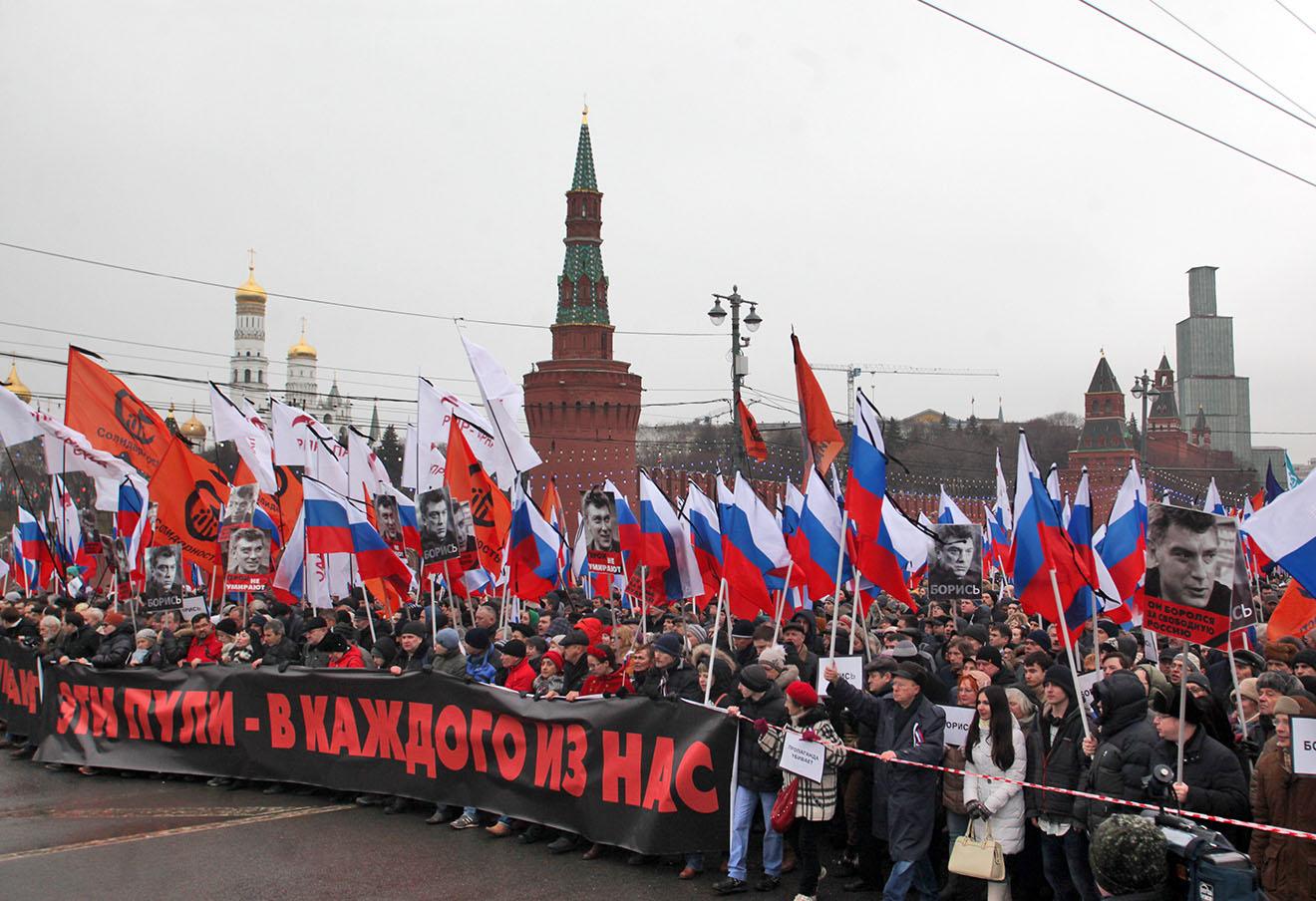 Участники траурного шествия в память о Борисе Немцове на Большом Москворецком мосту в Москве, 1 марта 2015 года.