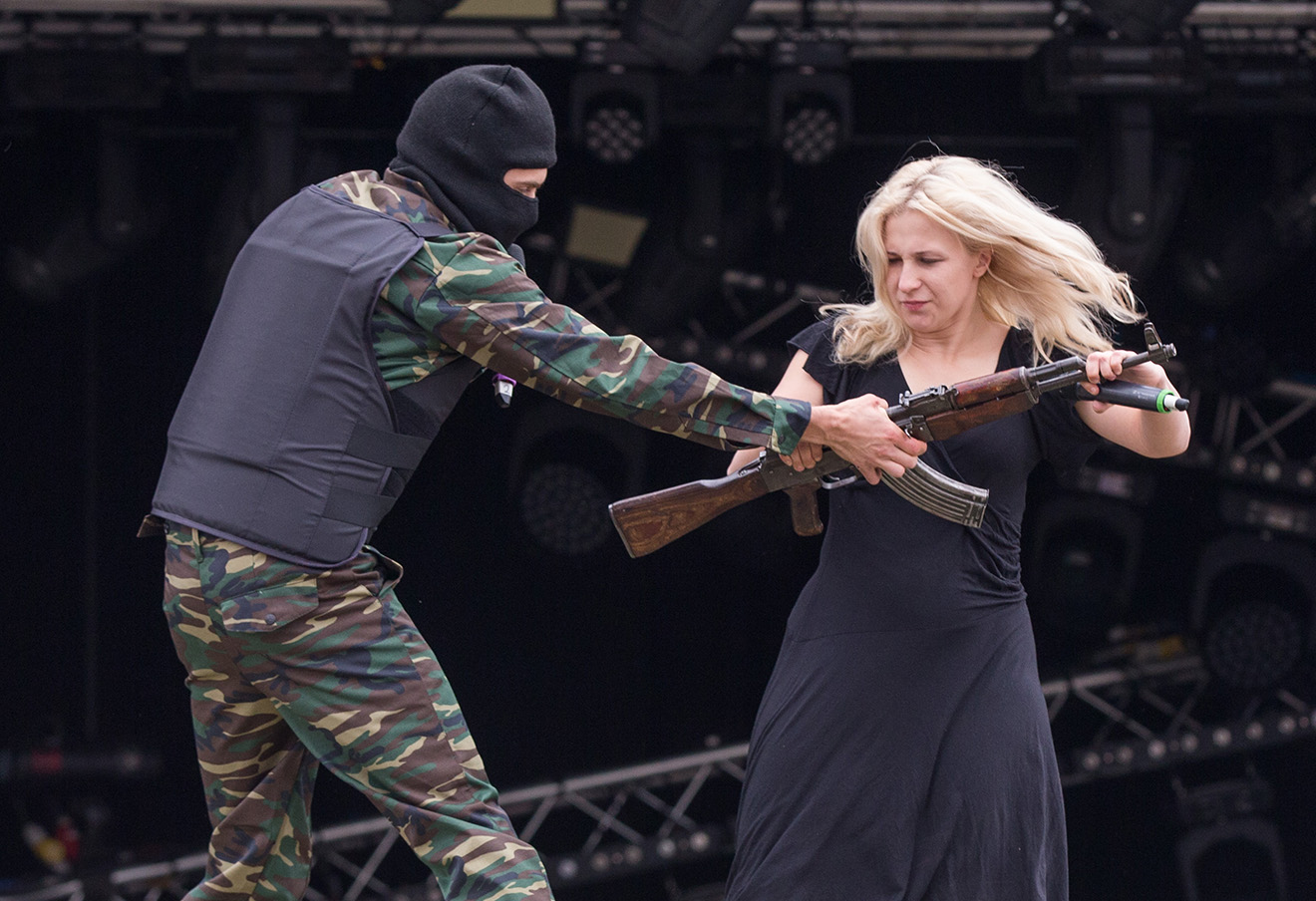 Выступление Pussy Riot на Glastonbury Music Festival в 2015 году. Фото: Jim Ross / AP