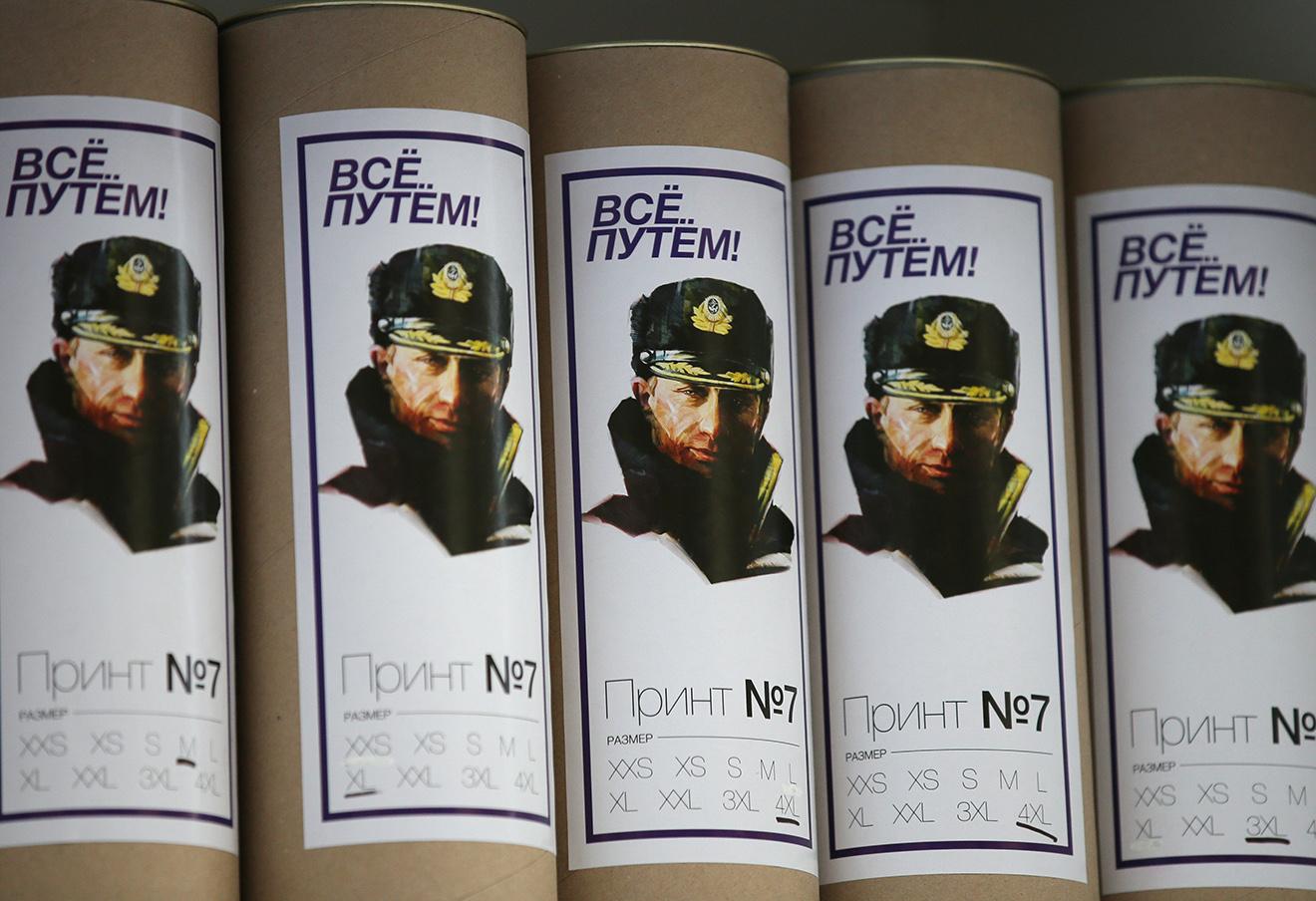 Упаковки футболок с изображением президента на прилавке в ГУМе. Фото: Михаил Метцель / ТАСС