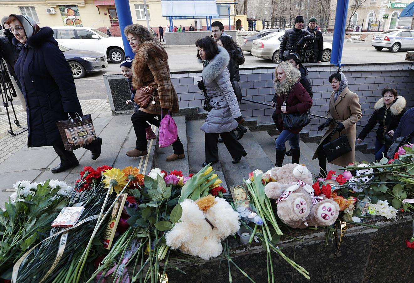 Цветы и игрушки у входа на станцию метро Октябрьское поле, 1 марта 2016 года.