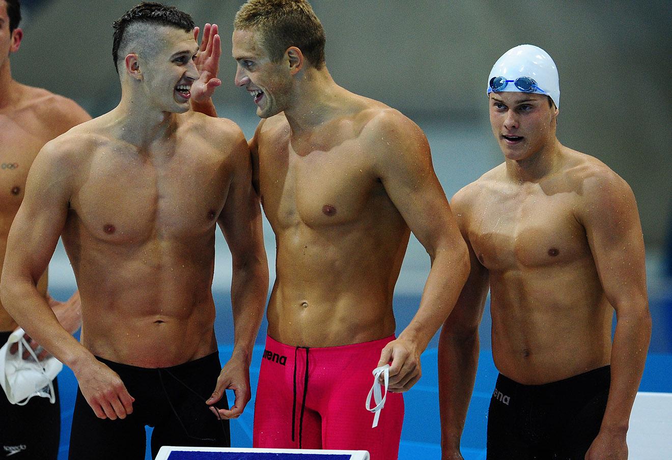 Никита Лобинцев, Андрей Гречин и Владимир Морозов (слева направо) во время мужской эстафеты 4x100 м вольным стилем на XXX летних Олимпийских играх.