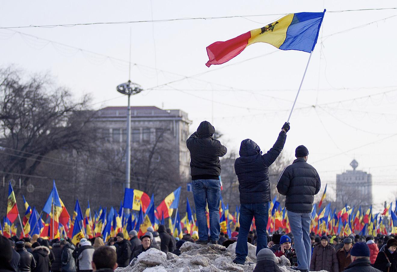Участники акции протеста у здания парламента Молдавии, 24 января 2016 года.