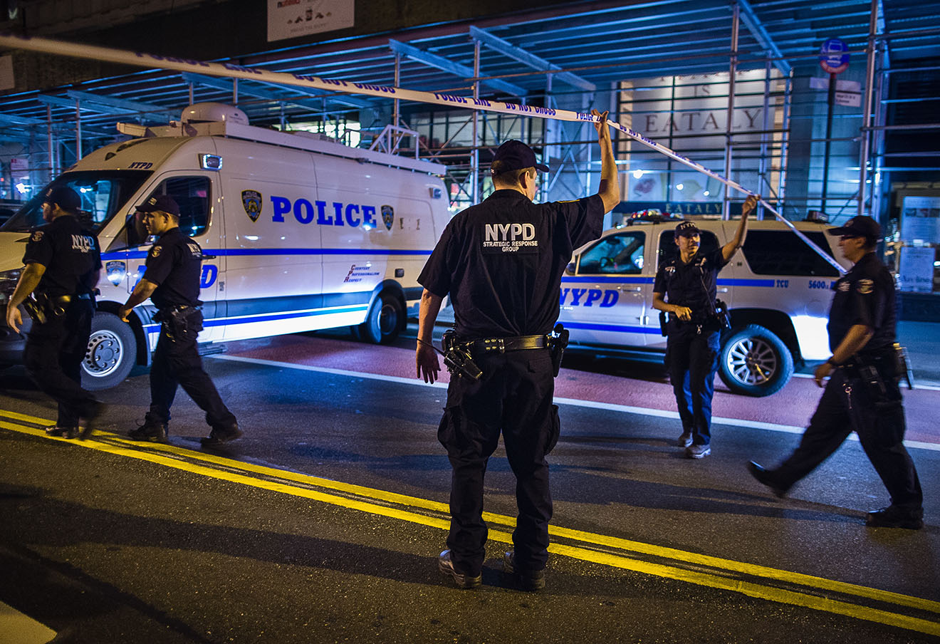 Полиция на месте взрыва в Нью-Йорке. Фото: Andres Kudacki / AP