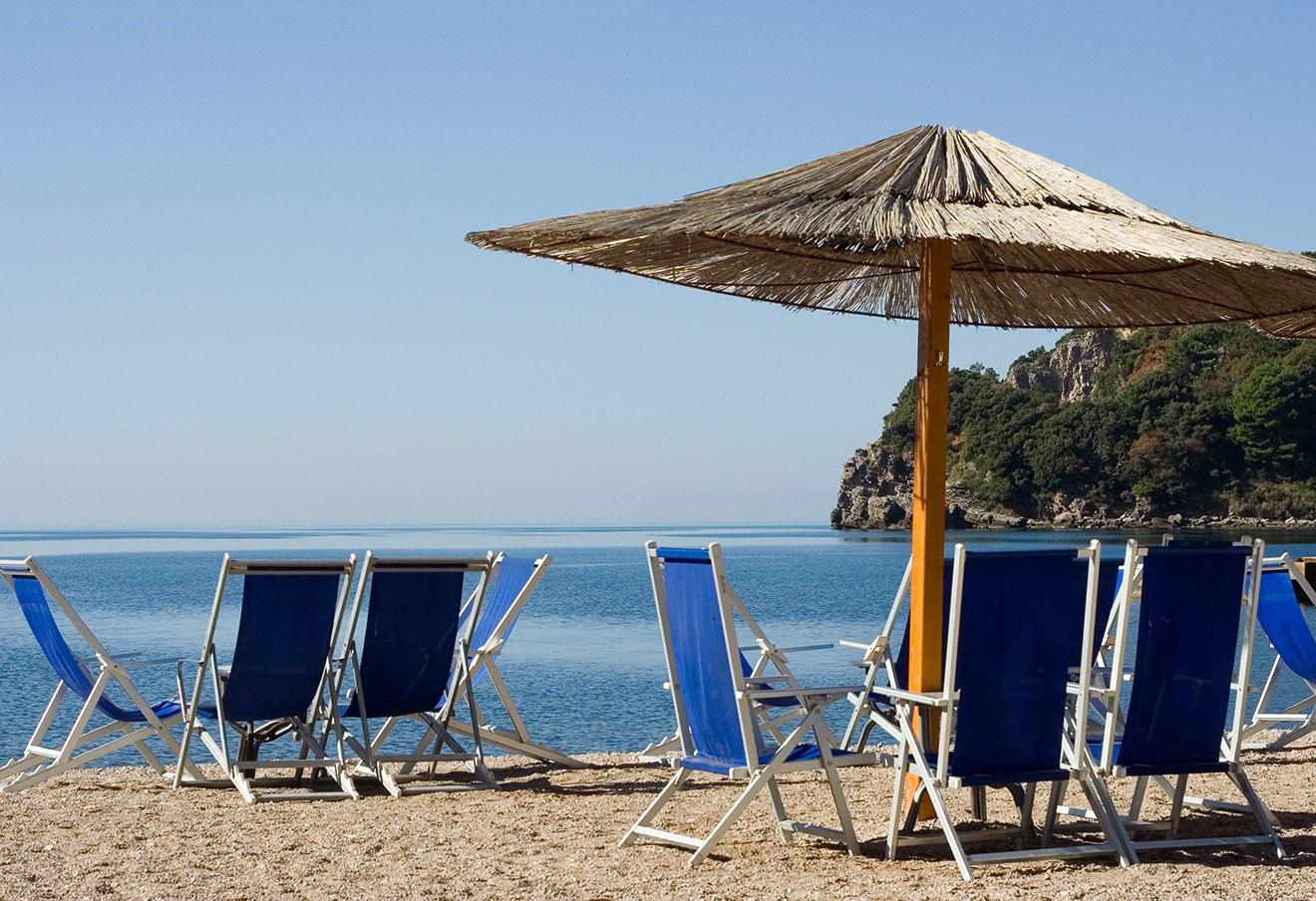 Пляж на берегу Адриатического моря в Черногории.