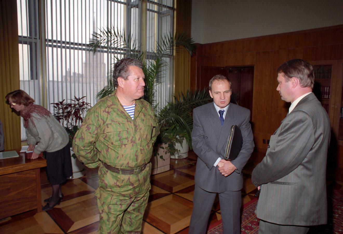Владислав Ачалов и Валерий Зорькин в Белом доме, 1993 год.