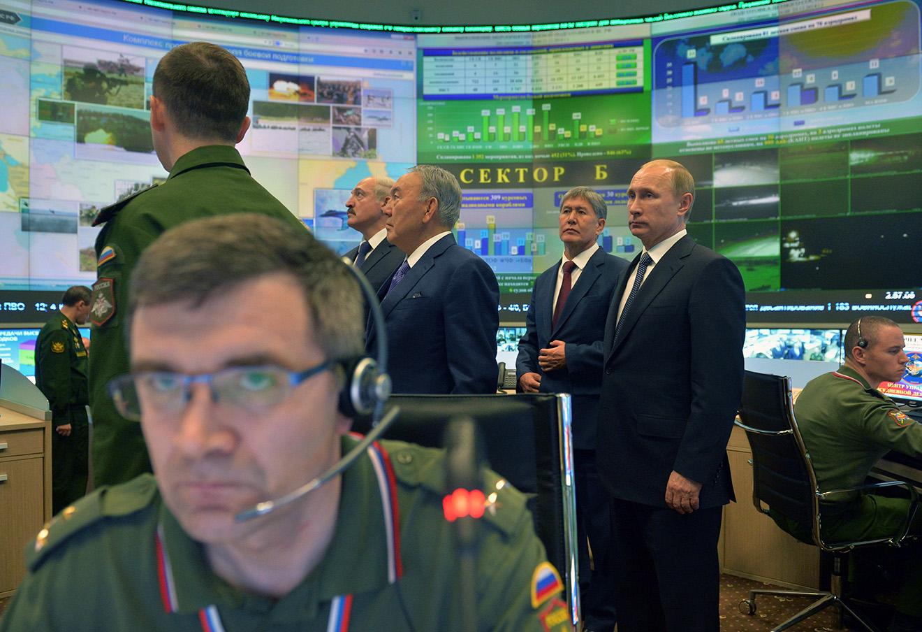 Владимир Путин в диспетчерской Министерства обороны в Кремле.