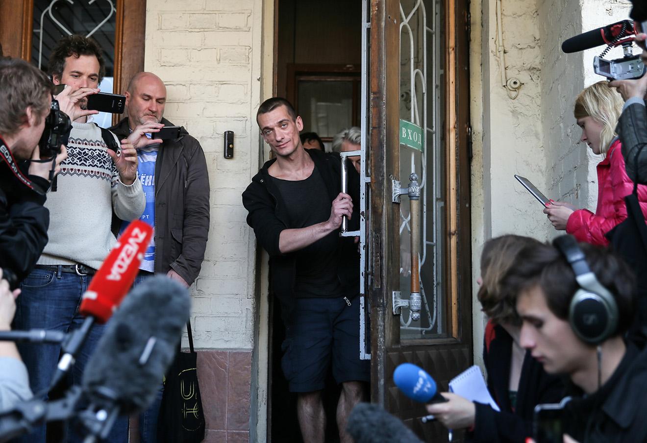 Петр Павленский (в центре) после освобождения в зале суда. Фото: Сергей Савостьянов / ТАСС