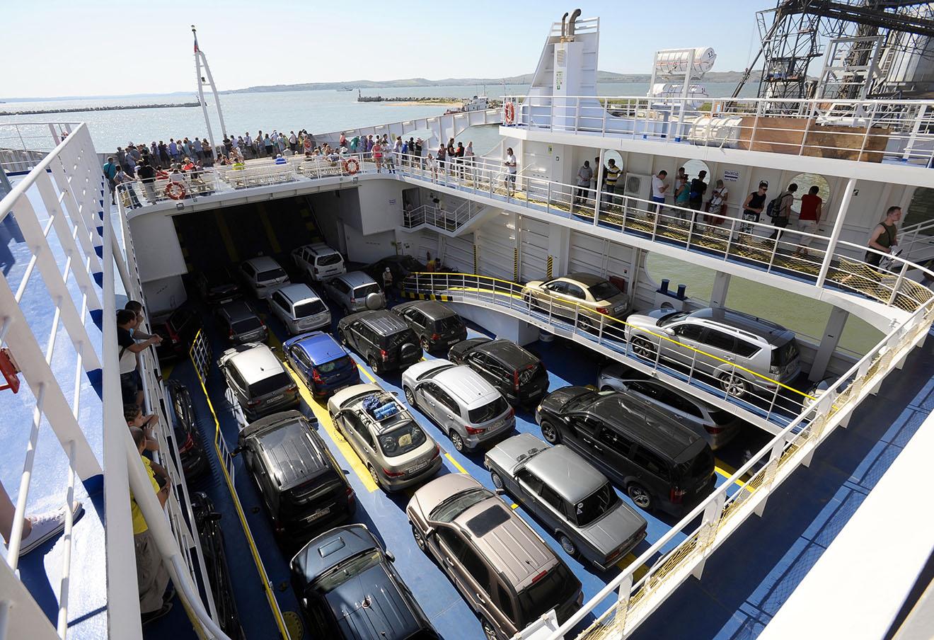Пассажиры на паромной переправе «Крым» в Керчи.