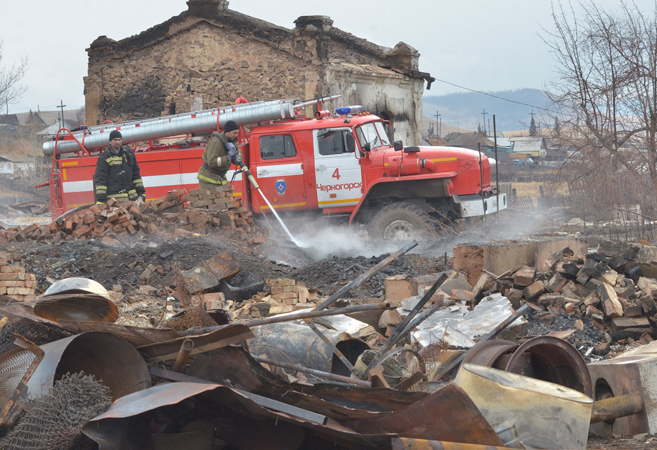 На месте сгоревшего дома в полселке Шира, Хакасия, 2015 год.