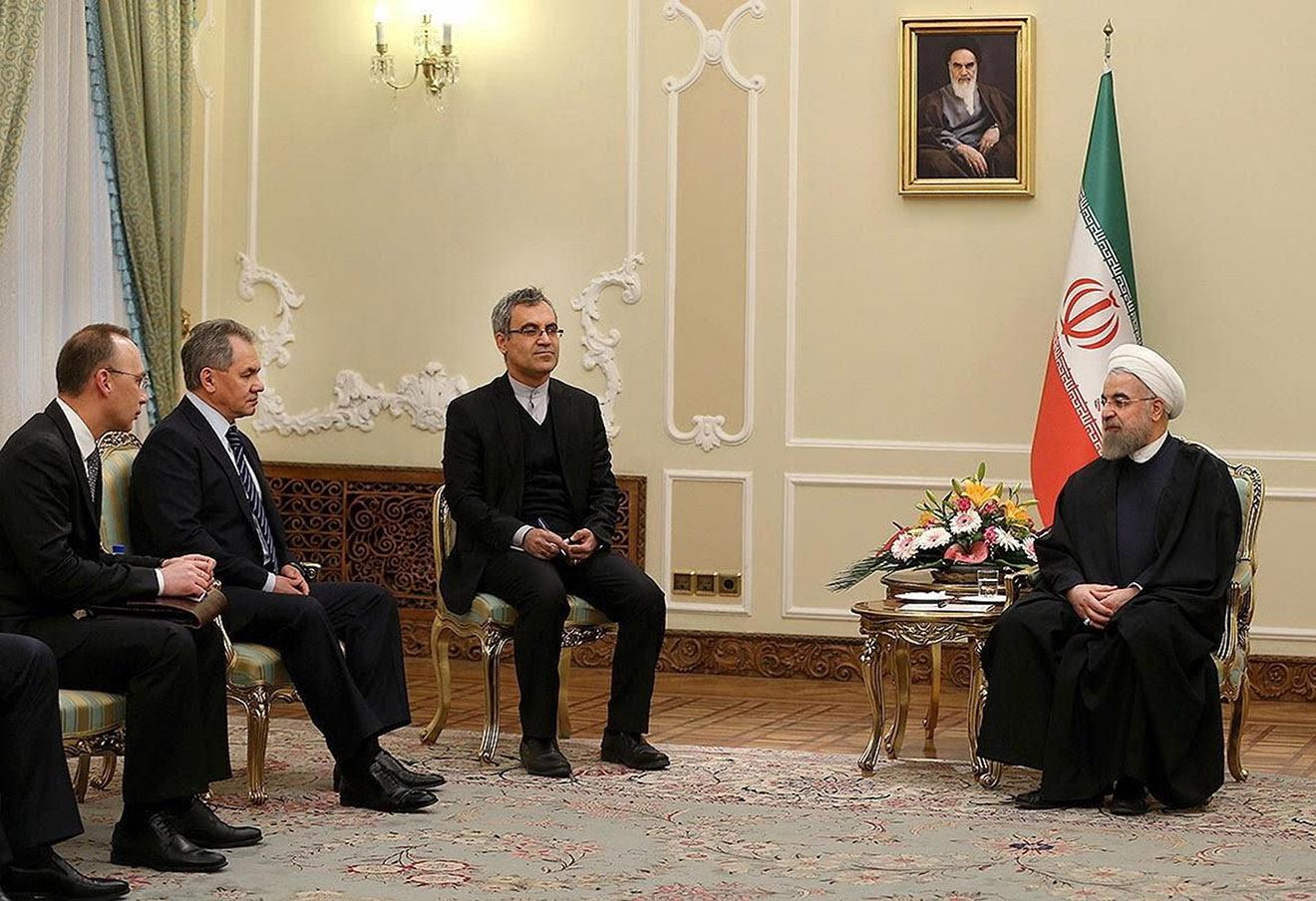 Сергей Шойгу (второй слева) и президент Ирана Хасан Роухани (справа) во время встречи в Тегеране, 21 февраля 2016 года.