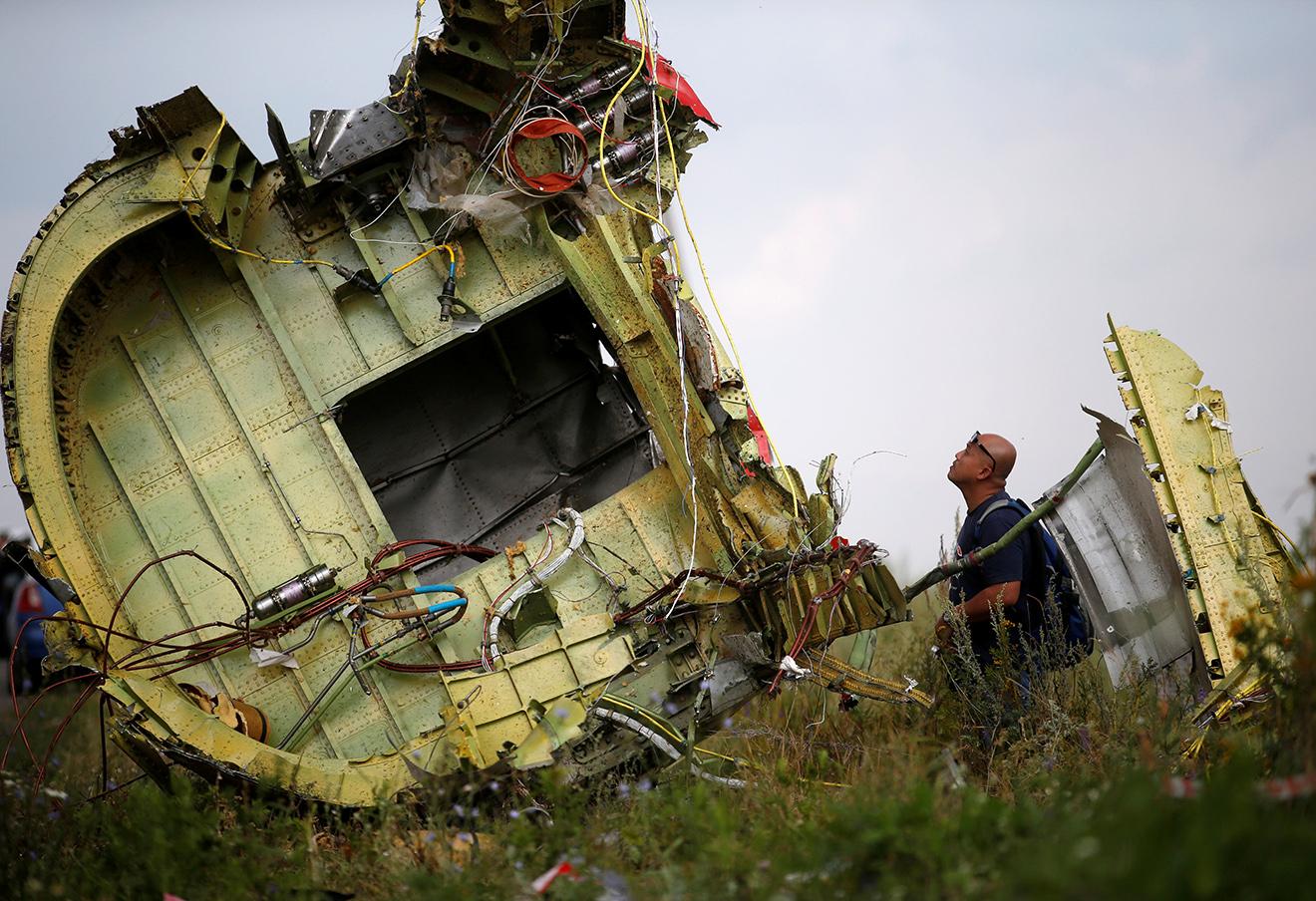 Малазийский эксперт по авиакатастрофам на месте крушения рейса МН17 «Малазийских авиалиний». Фото: Максим Змеев / Reuters