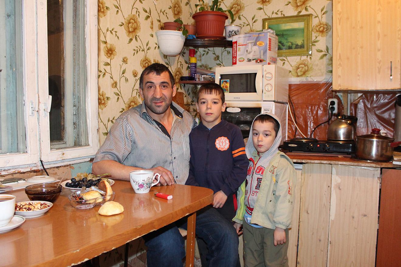 Муса Мамедов с сыновьями. Фото: Елена Новоселова