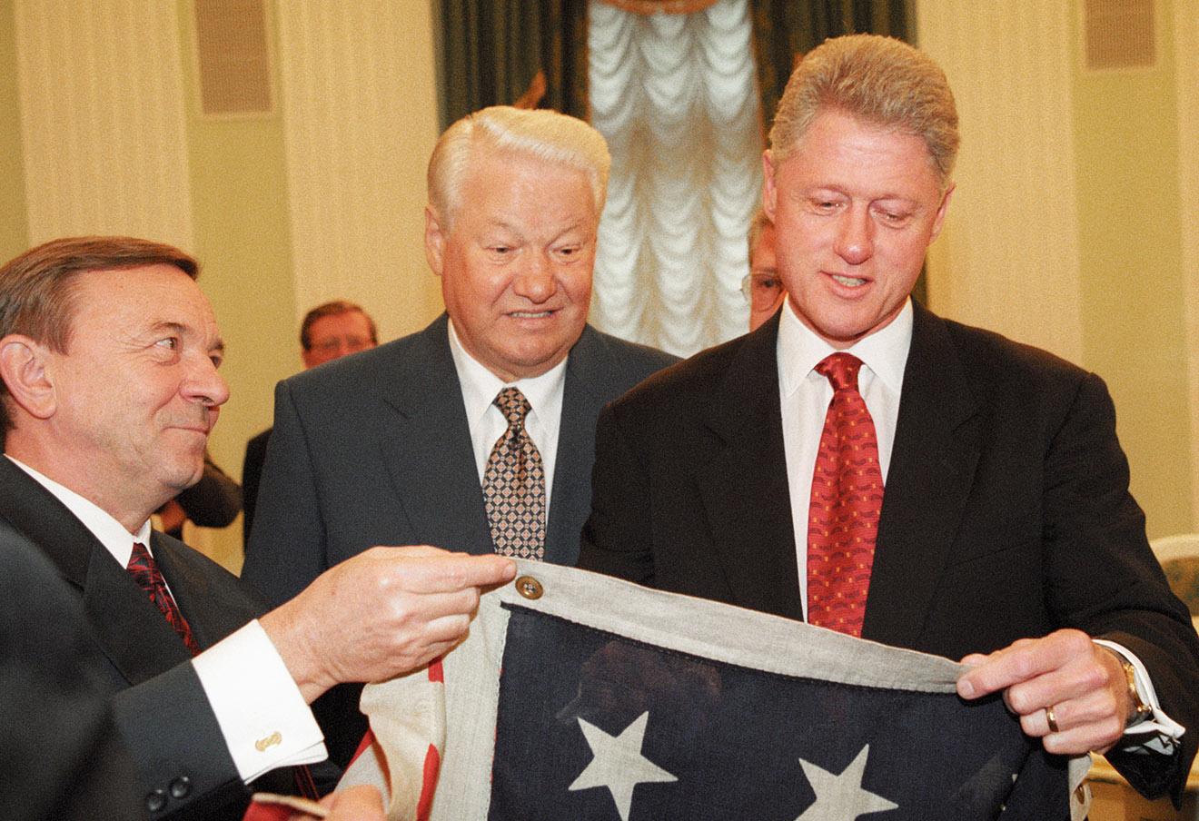 Борис Ельцин (слева) вручает Президенту США Биллу Клинтону (справа) копию американского флага времен войны между Севером и Югом, 1998 год.