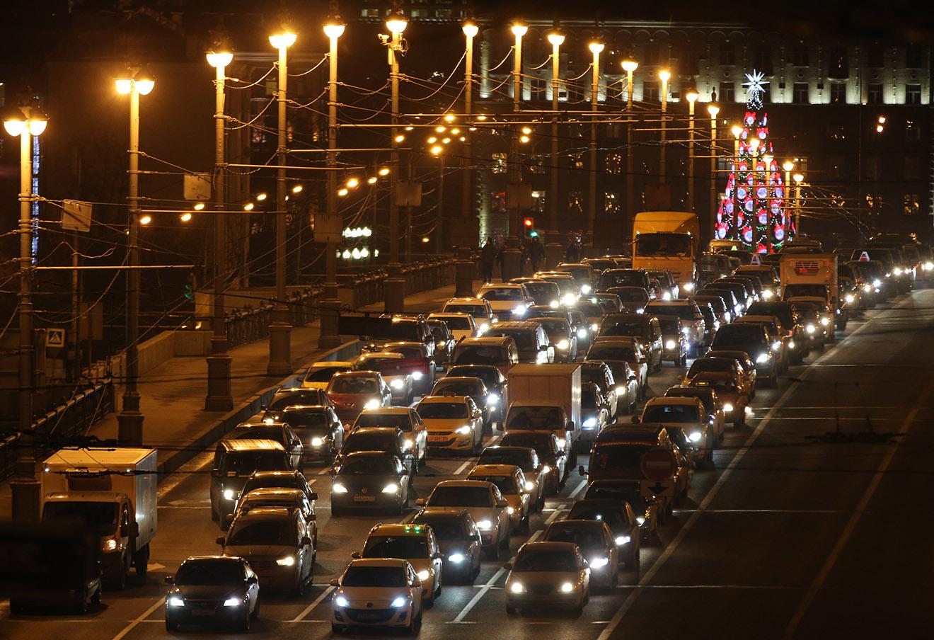Пробка на Большом Каменном мосту в Москве.