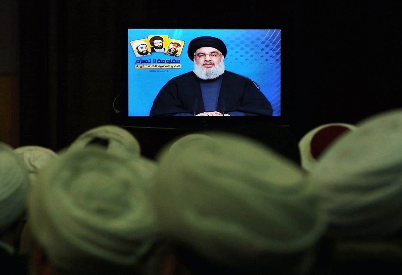 Шииты и сунниты смотрят выступление Хасана Насраллы, лидера ливанской «Хезболлы». Ливия, 16 февраля 2016. Фото: Bilal Hussein / AP / East News