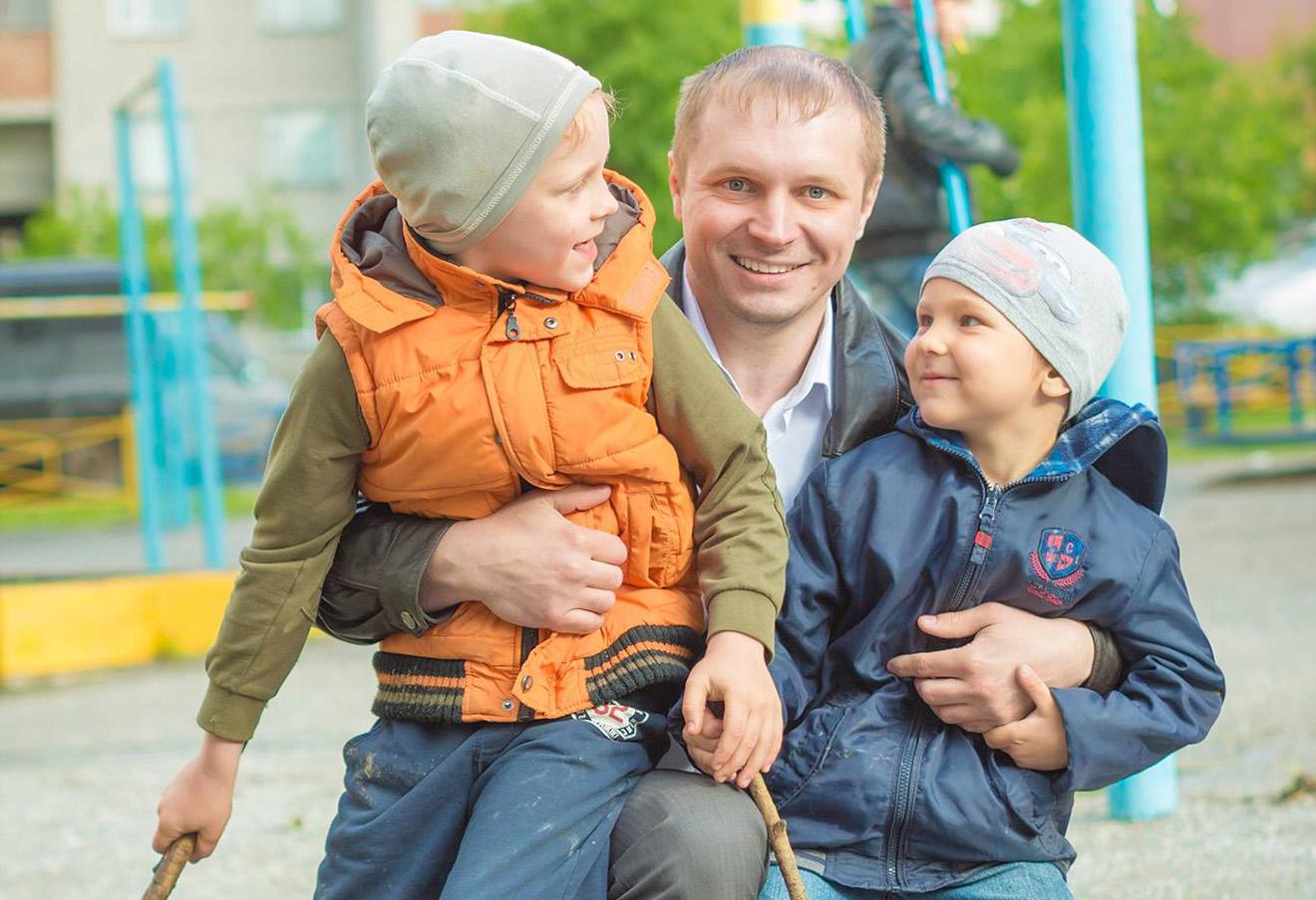 Егор Савин с детьми.