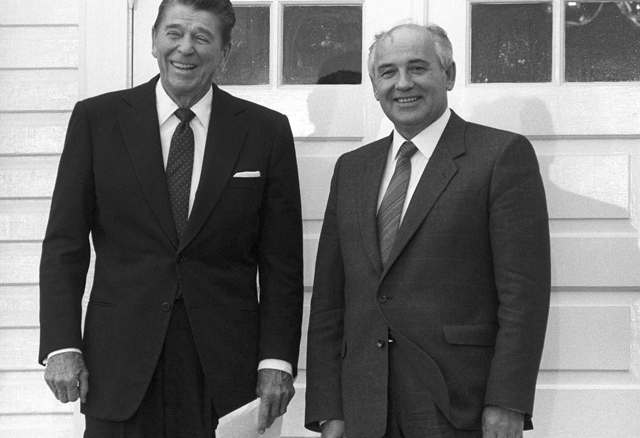 Президент США Рональд Рейган и генеральный секретарь ЦК КПСС Михаил Горбачев пред началом встречи в Рейкьявике, 1986 год.