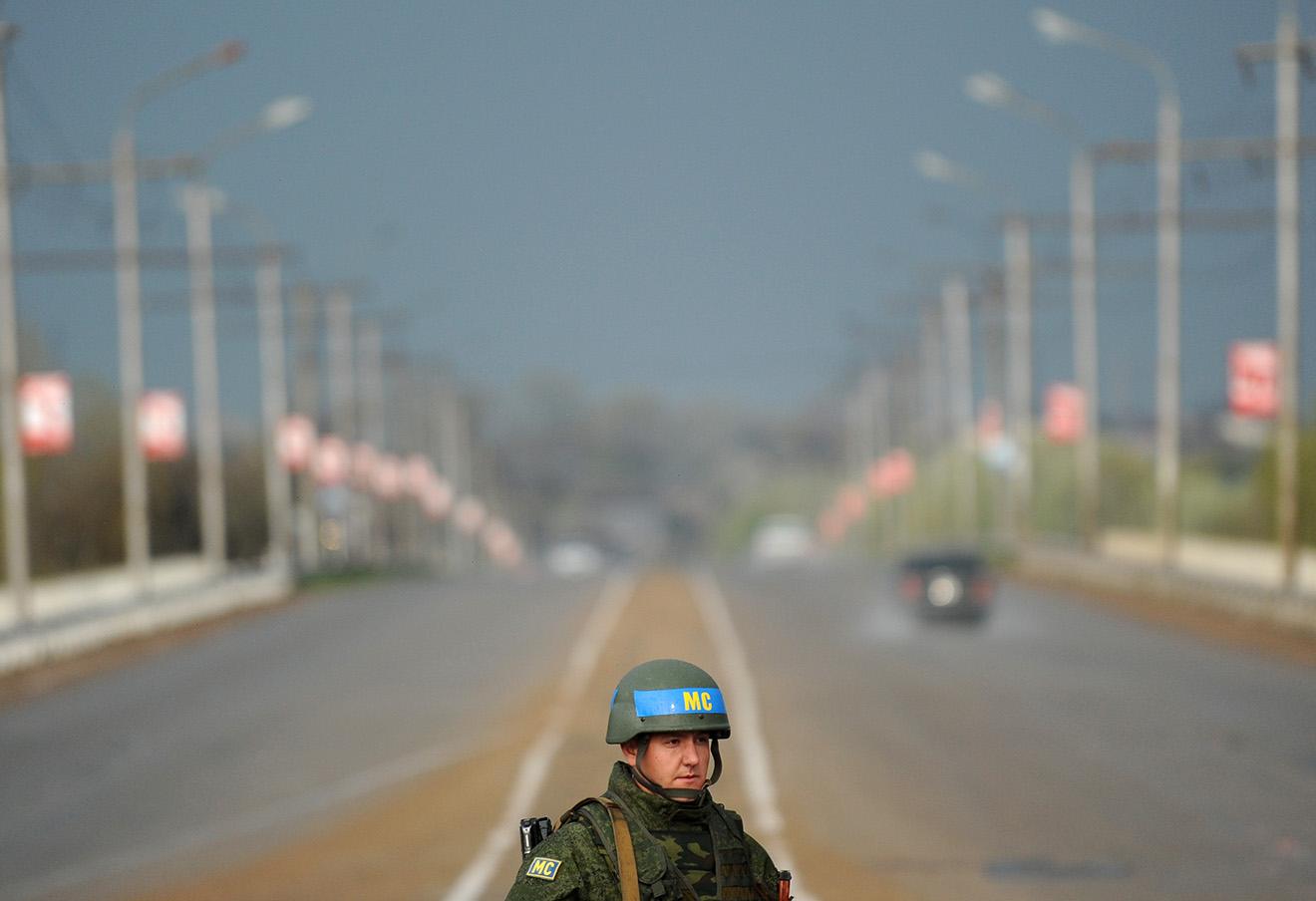 На миротворческом посту на мосту через Днестр в Бендерах, Приднестровье. Фото: Сергей Карпов / ТАСС