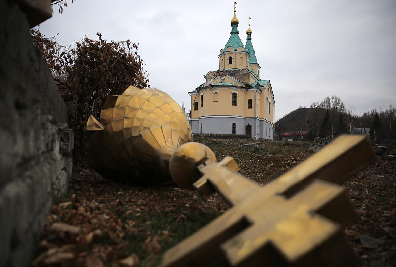 Обстрелянная церковь в Донецке.