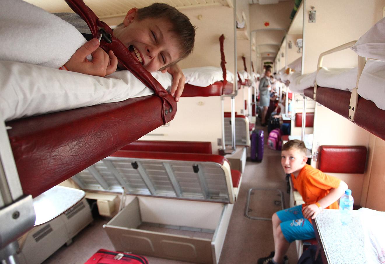Во время отправки детей в детский летний лагерь. Фото: Александр Щербак / ТАСС