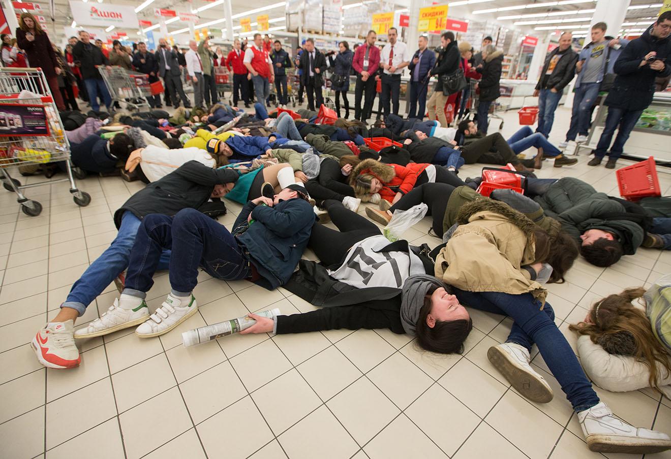 Во время акции «Упади замертво» против повышения цен на продукты.