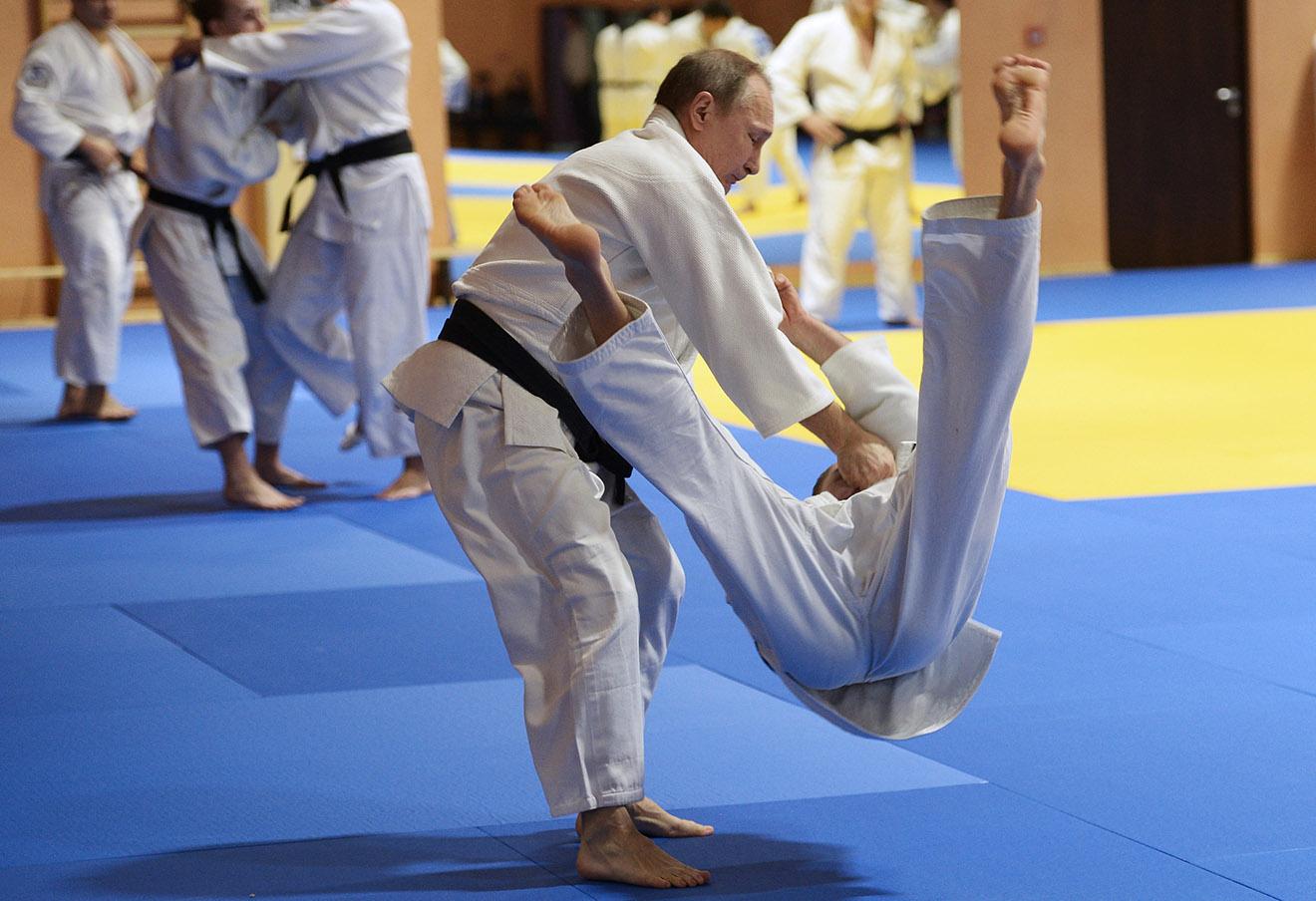 Владимир Путин (слева) во время тренировки с российской сборной по дзюдо в Южном федеральном центре спортивной подготовки сборных команд «Юг Спорт».