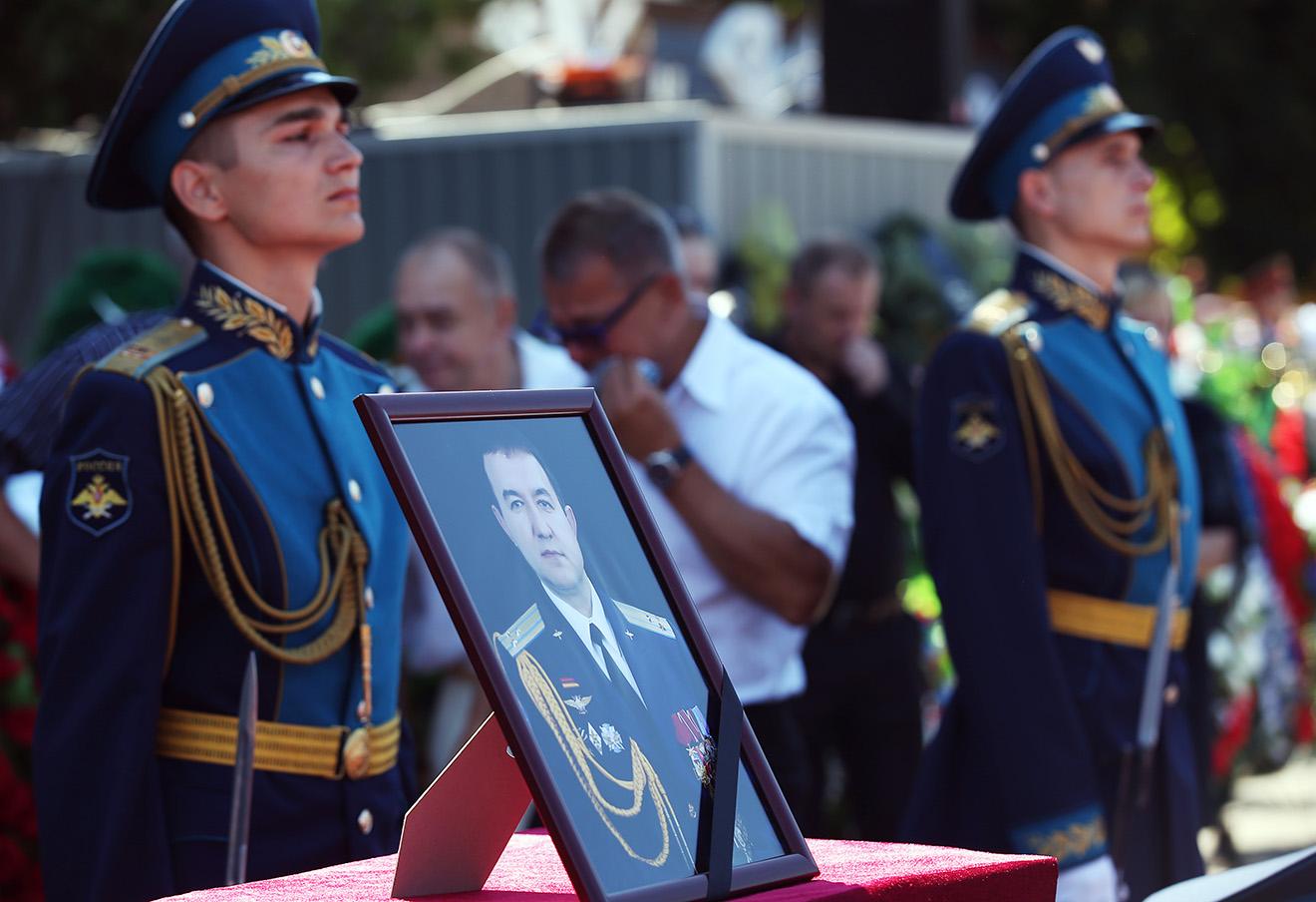 На церемонии прощания с погибшим в Сирии российским военным летчиком-инструктором Ряфагатем Хабибулиным в городе Кореновске, 12 июля 2016 года.