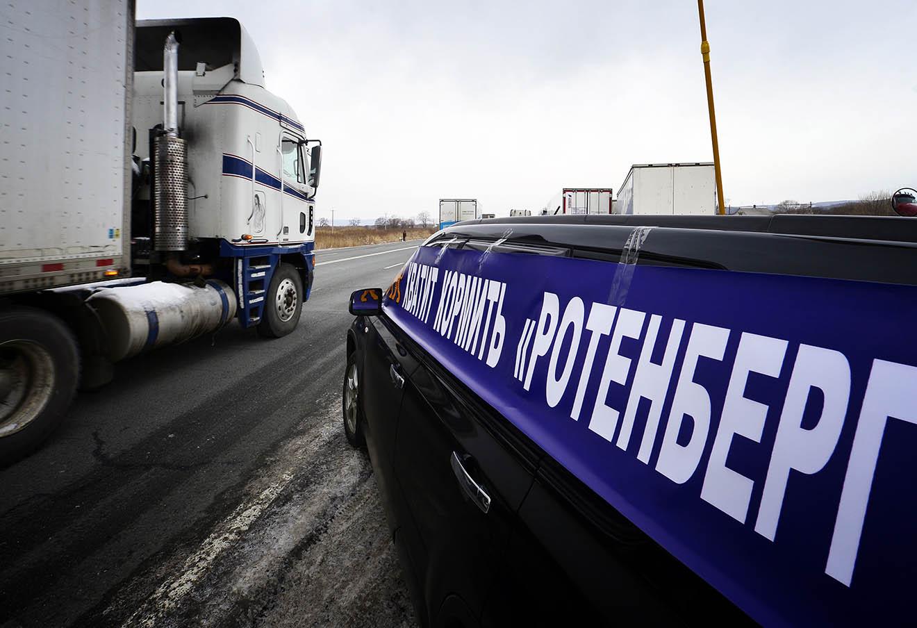 Водители-дальнобойщики во время всероссийской акции протеста «Улитка» против платного проезда по федеральным дорогам, которая проходит на трассе М-60 от Кипарисово до Владивостока.