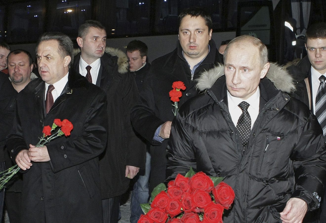 Александр Шпрыгин (в центре), Владимир Путин и Виталий Мутко возлагают цветы к могиле Егора Свиридова, 2010 год.