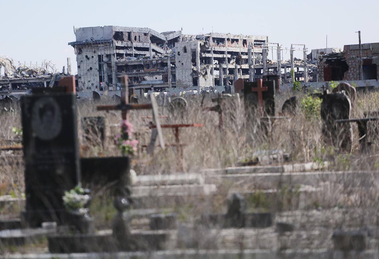 Вид на разрушенный аэропорт Донецка вблизи кладбища при Иверском монастыре.