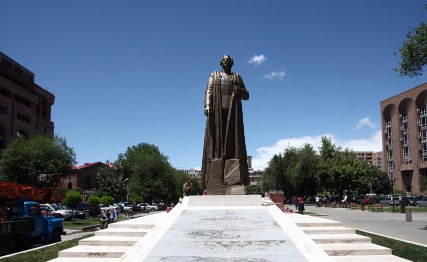 Памятник Гарегину Нжде в Ереване.