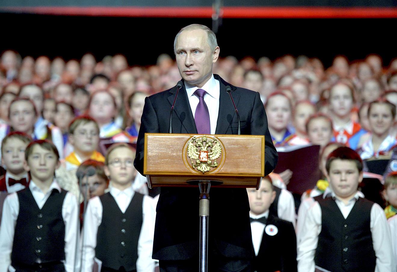 Владимир Путин выступает с речью на концерте Детского хора России.