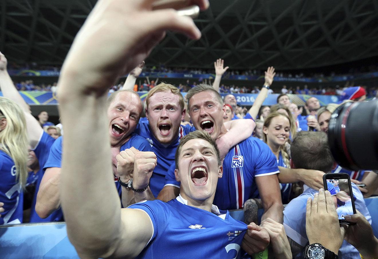 Игроки сборной Исландии после победы над командой Англии, 27 июня 2016 года.