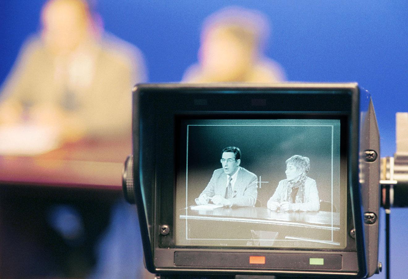 В эфирной студии ТНТ Андрей Норкин и Маша Слоним в день, когда около 40 сотрудников НТВ подали заявления об уходе из компании, 2001 год.