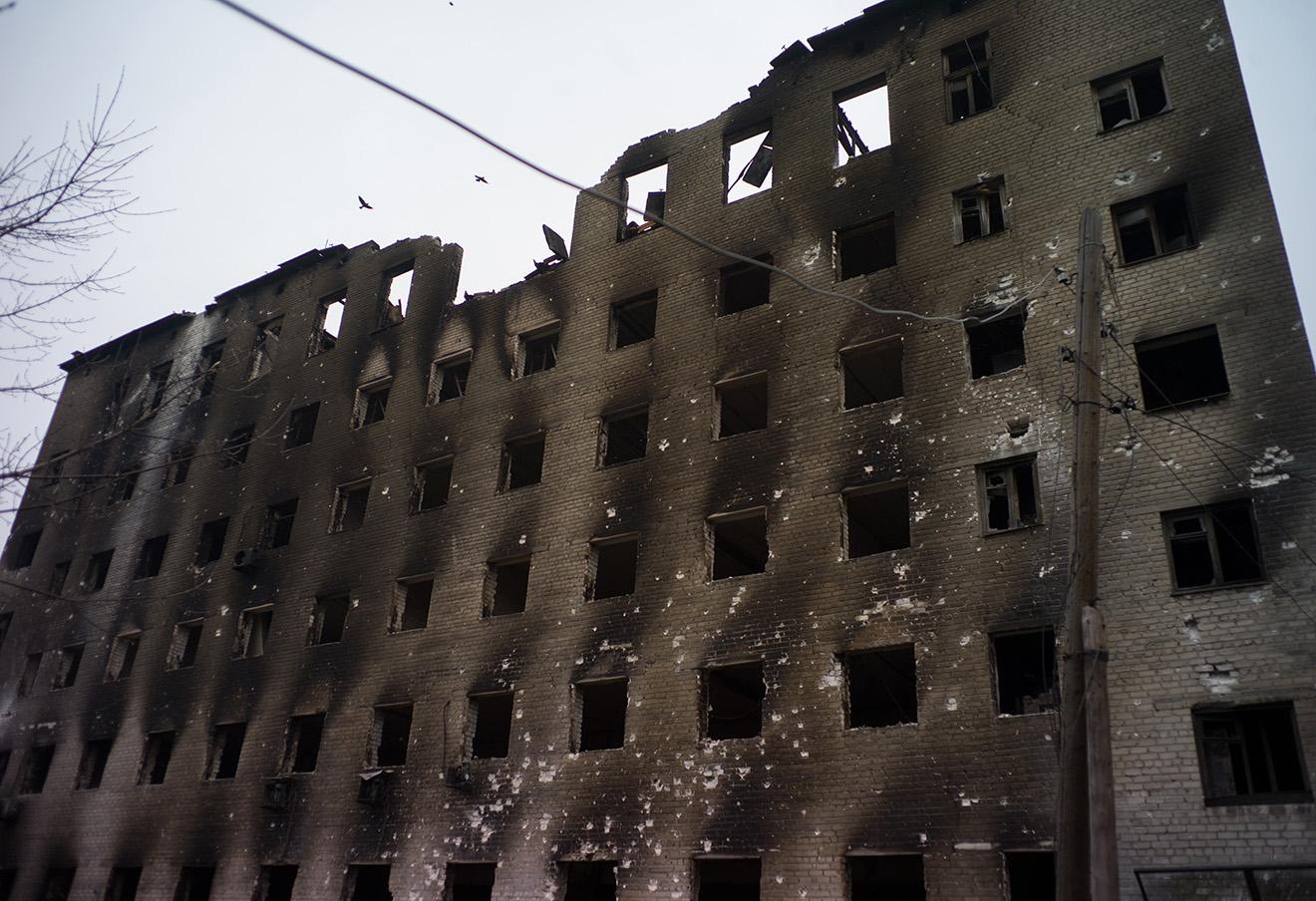 Разрушенный дом на одной из улиц Дебальцево.