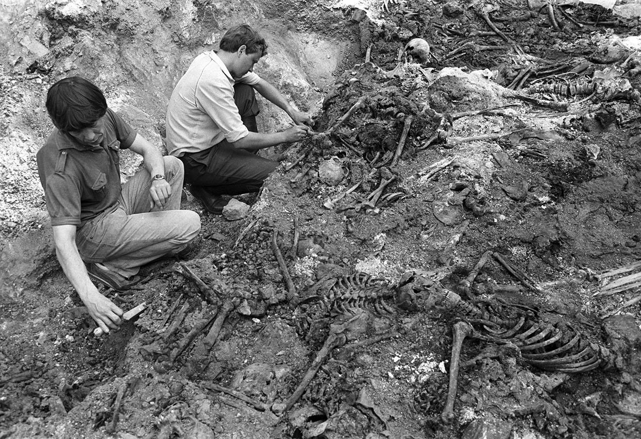 Раскопки на месте массового захоронения жертв сталинских репрессий, 1989 год.