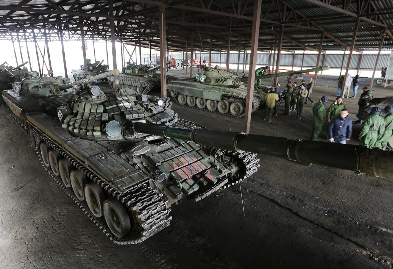 Военнослужащие Донецкой народной республики во время отвода вооружений калибром до 100 мм от линии соприкосновения в Новоазовском районе.