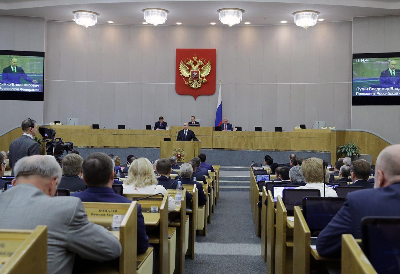 Владимир Путин (в центре) на пленарном заседании Государственной думы РФ. Фото: Михаил Метцель / ТАСС