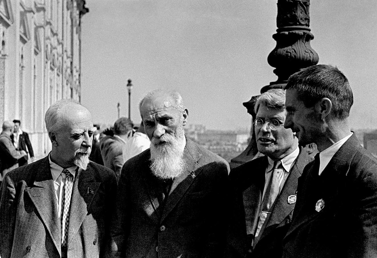 Депутаты Верховного Совета СССР Глеб Кржижановский, Алексей Бах, Иван Губкин и Трофим Лысенко (слева направо),1947 год.