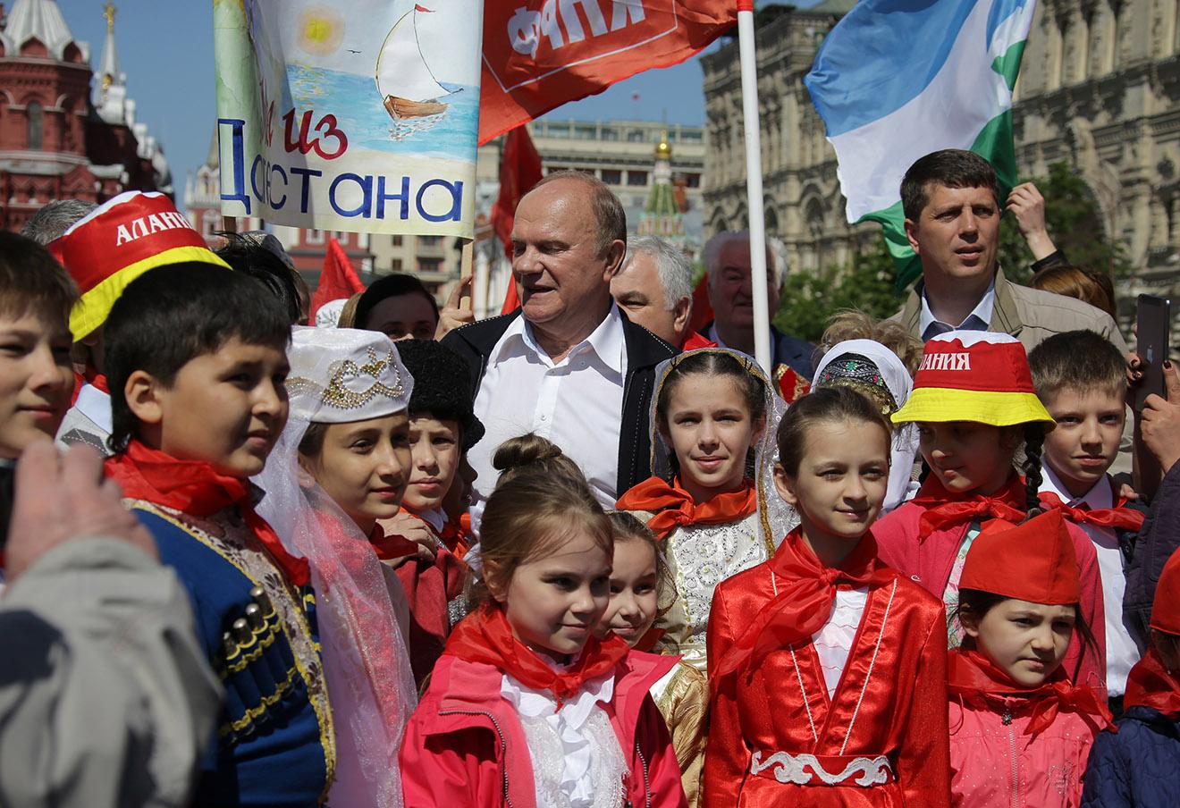 Геннадий Зюганов (в центре) во время торжественного приема в пионеры на Красной Площади, 2016 год.