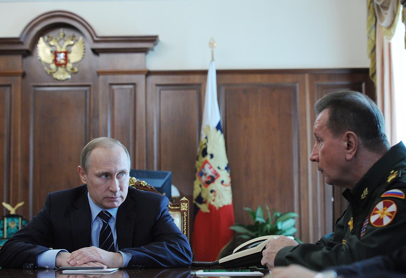 Владимир Путин и главнокомандующий внутренними войсками МВД Виктор Золотов во время совещания в Кремле.