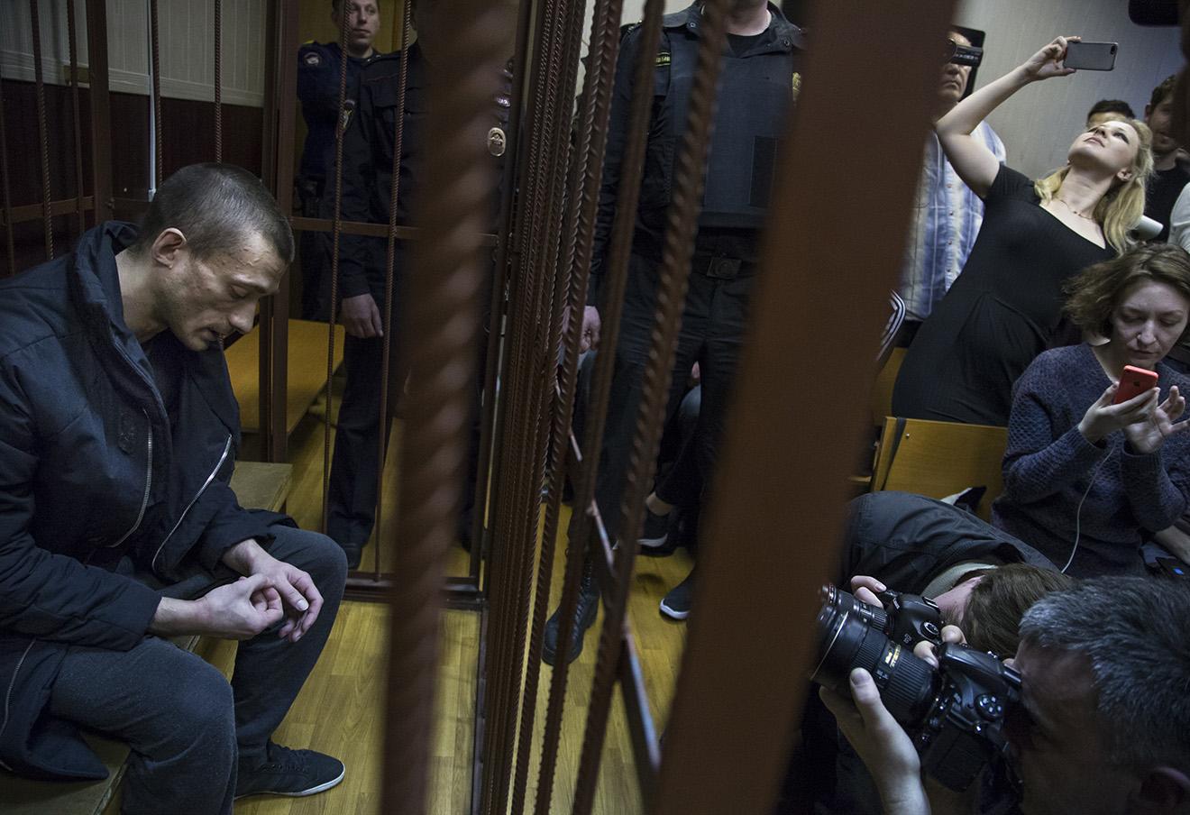 Петр Павленский и Маша Алехина (на заднем плане). Фото: Иван Секретарев / AP